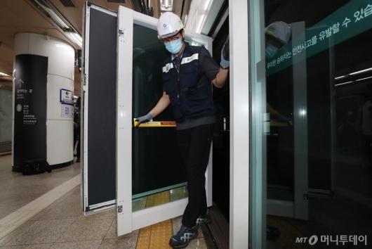 [사진]접이식 승강장안전문 광고판 시연