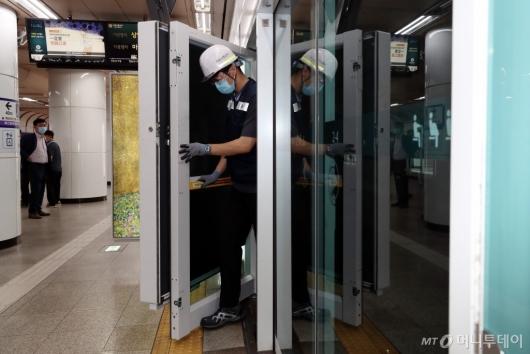 [사진]지하철 비상 탈출 가능한 접이식 광고판