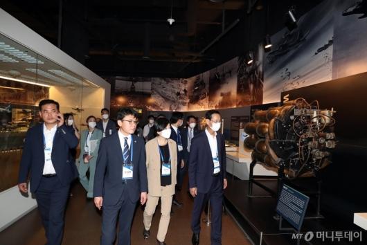 [사진]국립항공박물관 둘러보는 진선미 국토위원장
