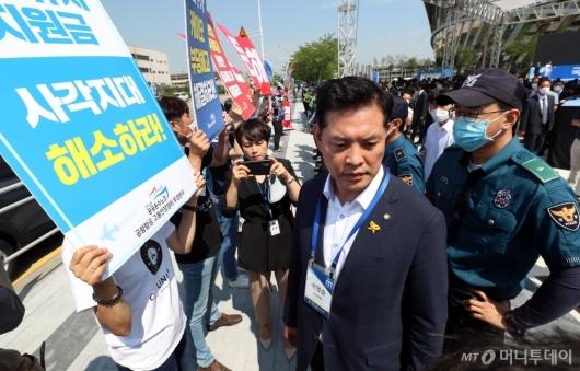[사진]정리해고 노동자들과 이야기하는 박영순 의원