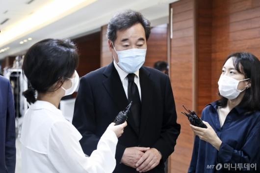 [사진]취재진 질문 받는 이낙연 의원
