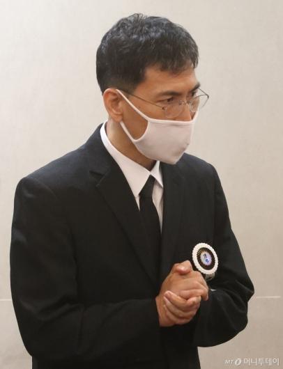 [사진]조문객 맞이하는 안희정 전 지사