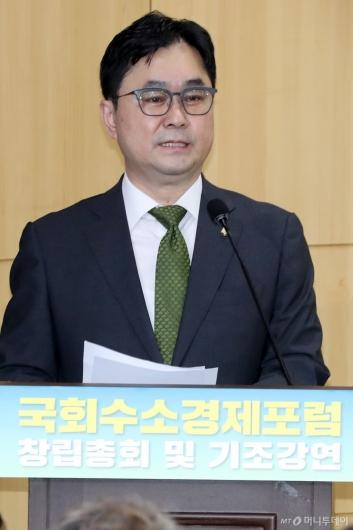 [사진]'국회수소경제포럼' 인사하는 김종민 의원