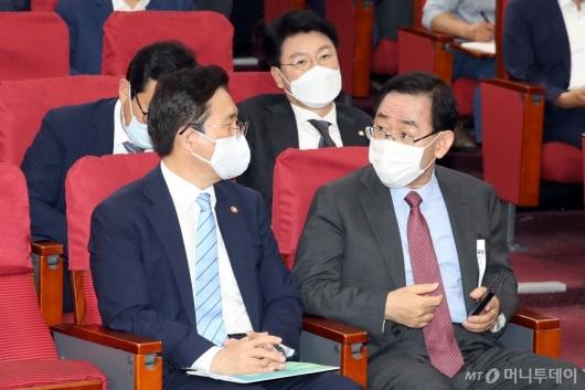 [사진]이야기하는 성윤모 장관-주호영 원내대표