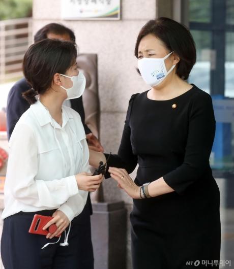 [사진]취재진 질문 받는 박영선 장관