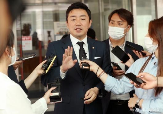 [사진]취재진 질문에 답하는 강훈식 수석대변인