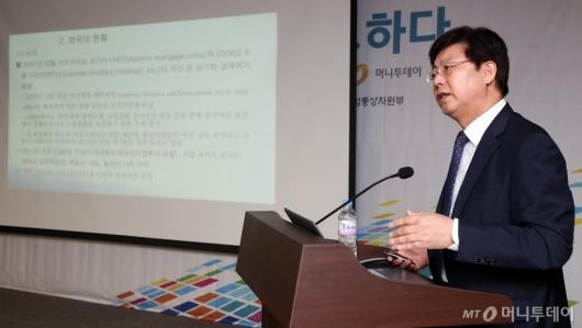 [사진]'리쇼어링을 리디자인하다' 기조발제하는 맹수석 교수