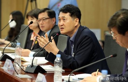 [사진]'리쇼어링을 리디자인하다' 발언하는 이경상 경제조사본부장