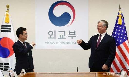 [사진]코로나식 인사하는 조세영-비건