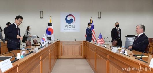 [사진]한미 외교차관 전략회의 참석한 비건