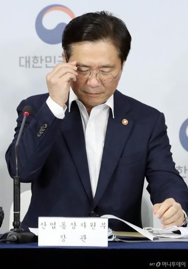 [사진]자료 살피는 성윤모 장관