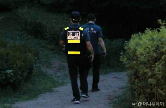 [사진]와룡공원 인근 수색하는 경찰병력