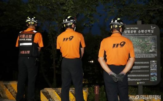 [사진]공원 주변 대기하는 소방대원들