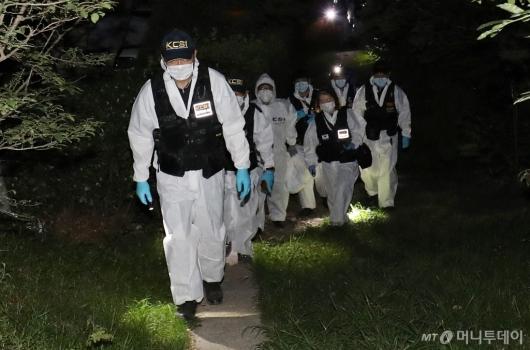 [사진]박원순 서울시장 시신 수습 마친 과학수사대
