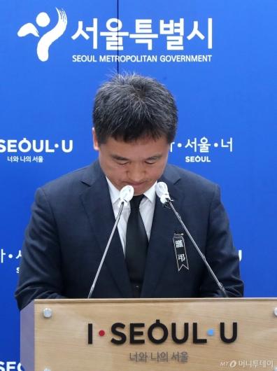 [사진]고개 떨구는 서정협 서울시장 권한대행