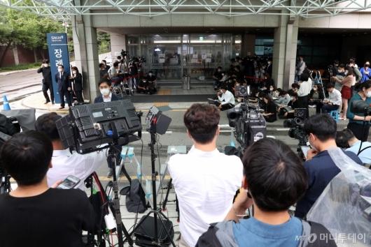 [사진]박원순 서울시장 빈소 앞에 모인 취재진들