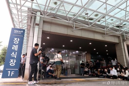 [사진]취재진 모인 서울대병원 장례식장