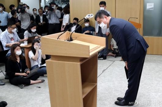 [사진]인사하는 서정협 서울시장 권한대행