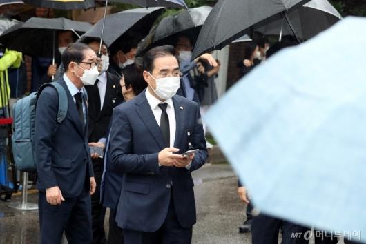 [사진]이동하는 박홍근 의원