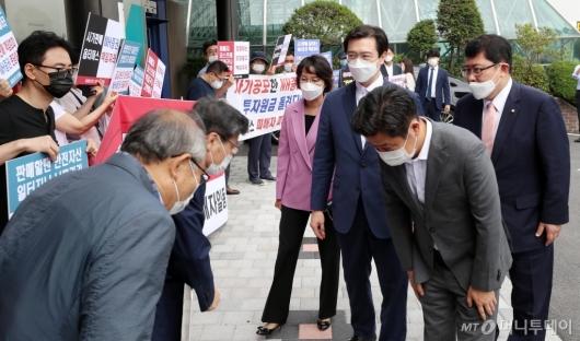 [사진]사모펀드 피해자들과 인사하는 유의동 위원장