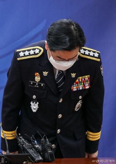 [사진]고개 숙여 인사하는 김창룡 신임 경찰청장