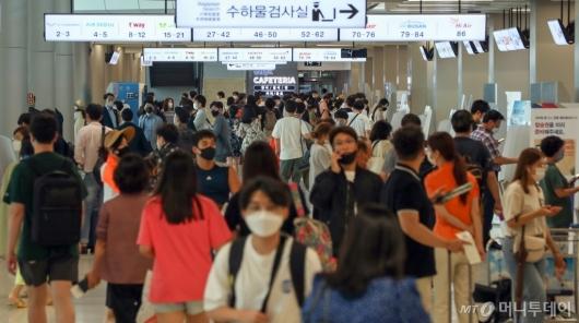 [사진]휴가철 맞아 붐비는 김포공항 국내선 청사