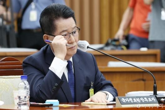 [사진]질의 듣는 박지원