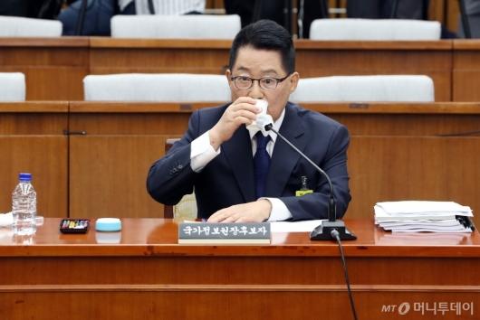 [사진]목 축이는 박지원 후보자