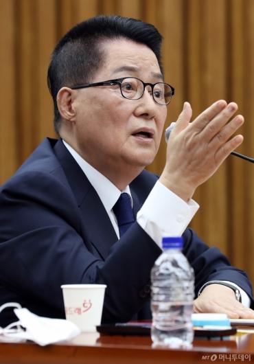 [사진]질의에 답하는 박지원 후보자