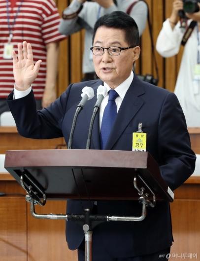 [사진]선서하는 박지원 후보자