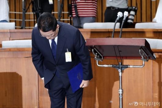 [사진]인사하는 박지원 후보자
