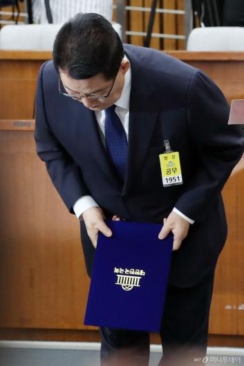 [사진]인사청문회 인사하는 박지원 후보자