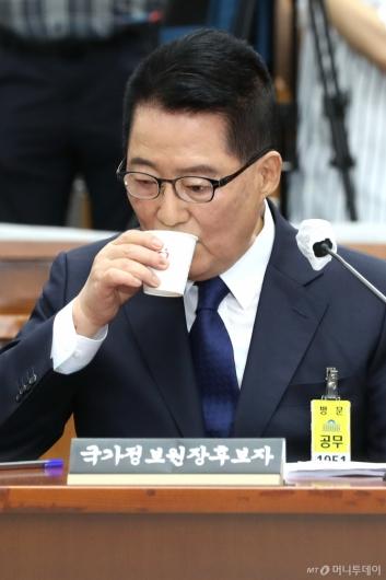 [사진]물 마시는 박지원 후보자