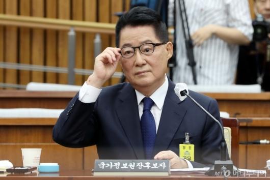 [사진]질의 경청하는 박지원