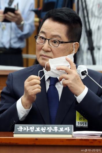 [사진]마스크 벗는 박지원 후보자