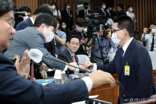 [사진]인사하는 박지원-하태경