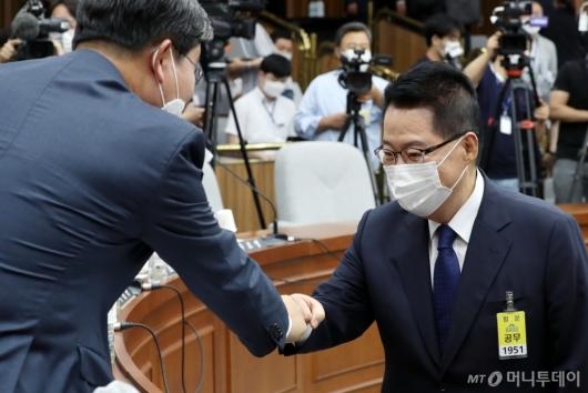 [사진]인사하는 전해철-박지원