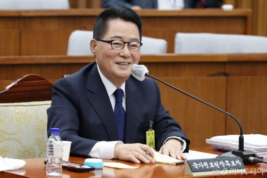 [사진]미소 짓는 박지원 후보자