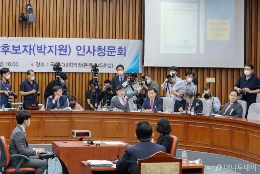 [사진]박지원 후보자에 질의하는 하태경
