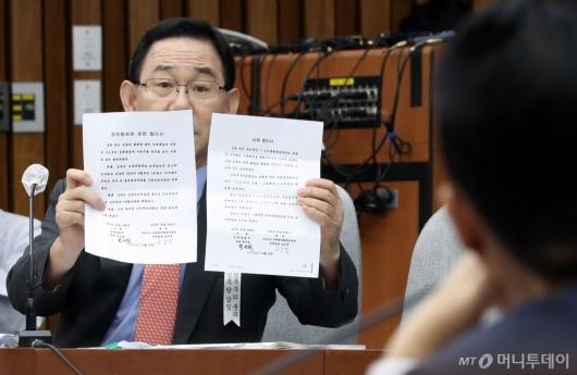 [사진]비밀합의서 의혹 제기하는 주호영 원내대표