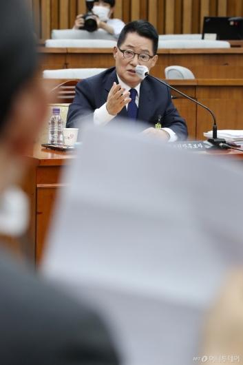 [사진]주호영 질의에 답하는 박지원