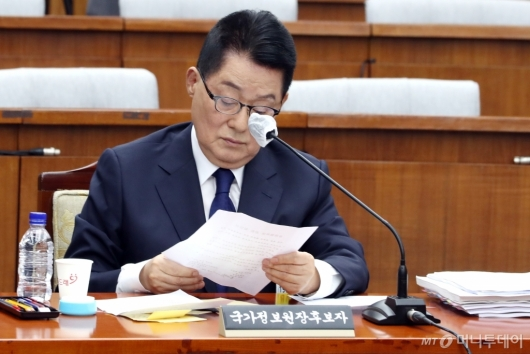 [사진]본인 서명 확인하는 박지원 후보자