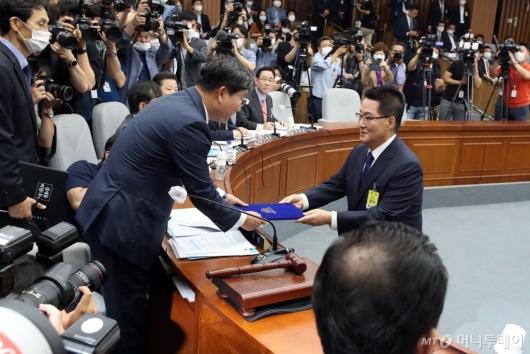 [사진]선서문 제출하는 박지원 후보자