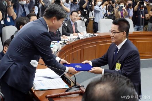 [사진]청문회 선서문 제출하는 박지원 후보자