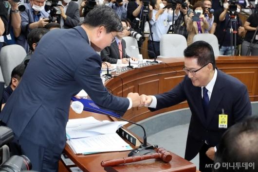 [사진]주먹인사하는 전해철 위원장-박지원 후보자