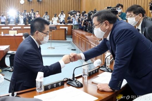 [사진]인사하는 박지원-김태년