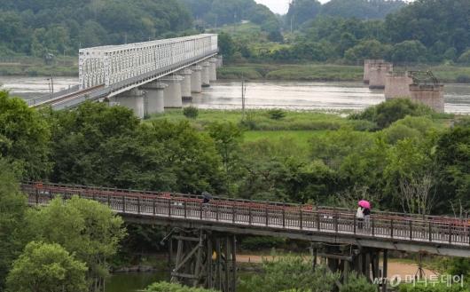 [사진]자유의 다리 찾은 시민들