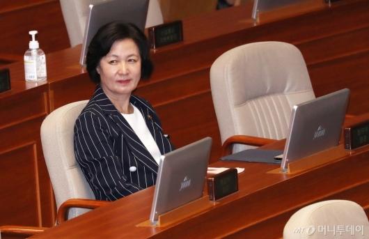 [사진]국회 본회의 참석한 추미애 장관
