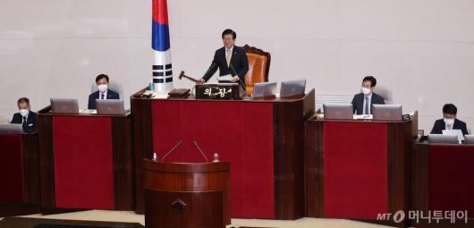 [사진]임대차보호법 가결하는 박병석 의장