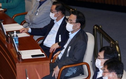 [사진]본회의 참석한 주호영 원내대표